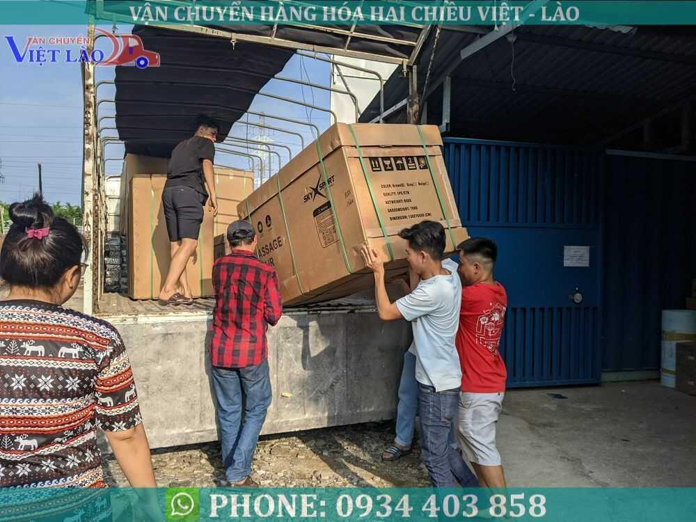 Xuất hàng đi Lào
